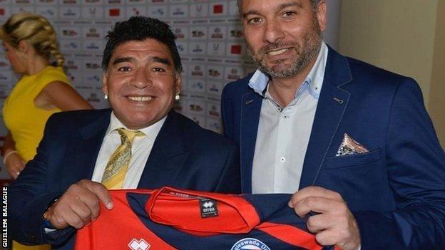 diego maradona, guillem balague ile biggleswade united formasını tutarken