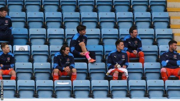 standlarda oturan yedek oyuncular