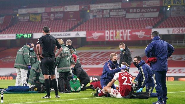 David Luiz, Arsenal ve Wolves arasındaki Premier Lig maçında Raul Jimenez ile kafa çatışmasının ardından tedavi gördükten sonra devam edebildi.