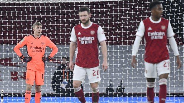 arsenal'in oyuncuları, carabao kupası'nda manchester city'ye takımlarının 4-1 mağlubiyetinde tepki gösteriyor.