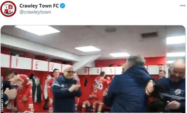 crawley oyuncuları leeds'i yendikten sonra kutlama yapıyor