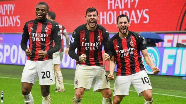 theo hernandez, ac milan'ın lazio karşısında gol atmasını kutluyor