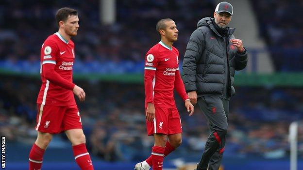 Liverpool'dan Andrew Robertson (solda), Thiago Alcantara ve teknik direktör Jurgen Klopp, takımın Everton ile 2-2 berabere kalmasının ardından son düdüğe tepki gösterdi.